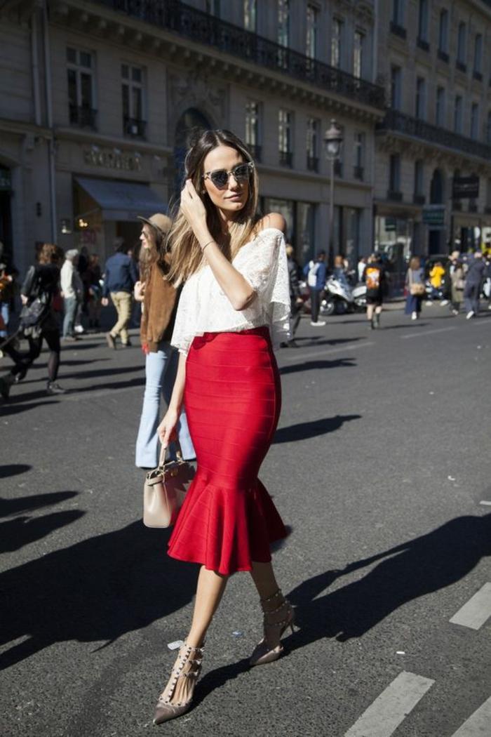 jupe tulipe rouge avec top ajouré blanc aux épaules dénudées, sac a main beige, casual chic femme, tenue décontractée femme, tenue chic