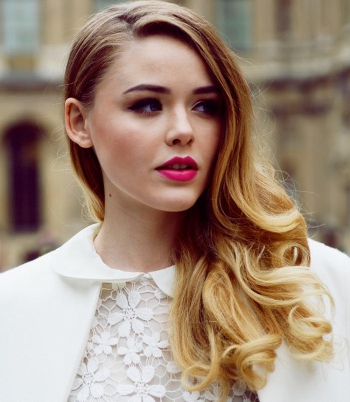 idée coiffure stylée aux cheveux légèrement bouclés de côté, modèle d'ombré magnifique sur cheveux de base châtain clair
