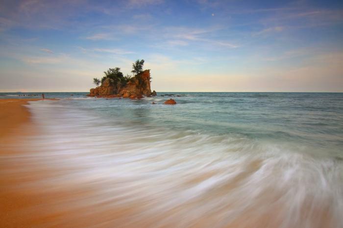 eaux vertes de l'océan, paysage paradisiaque, rochers marrons, sable jaune, fond ecran paysage, paysage mer, image qui ressemble a un dessin