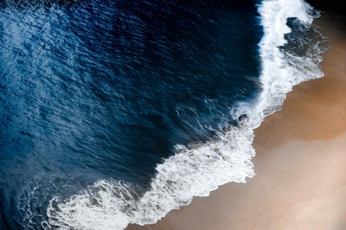 paysage de reve, paysage paradisiaque, fond ecran paysage, eaux bleues avec des ondes blanches, sable fin, brize légère