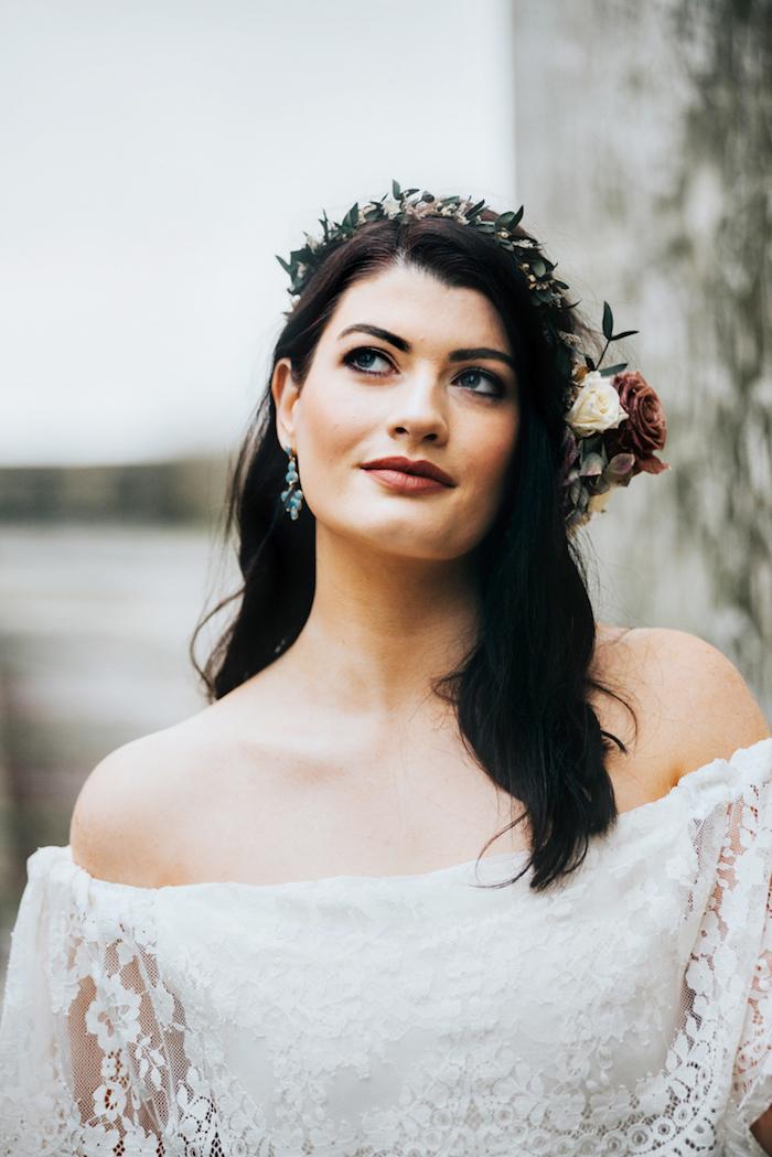 Photo de mariage robe mariée bohème chic robe de mariée simple et chic belle mariée cheveux noirs lèvres rouges robe de mariée dentelle épaules dénudées
