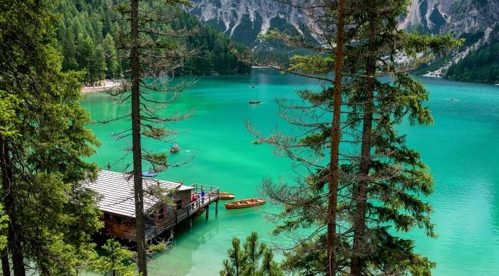 photo de paysage montagneux avec lac à eau turquoise et arbres conifères, joli fond d écran avec montagnes