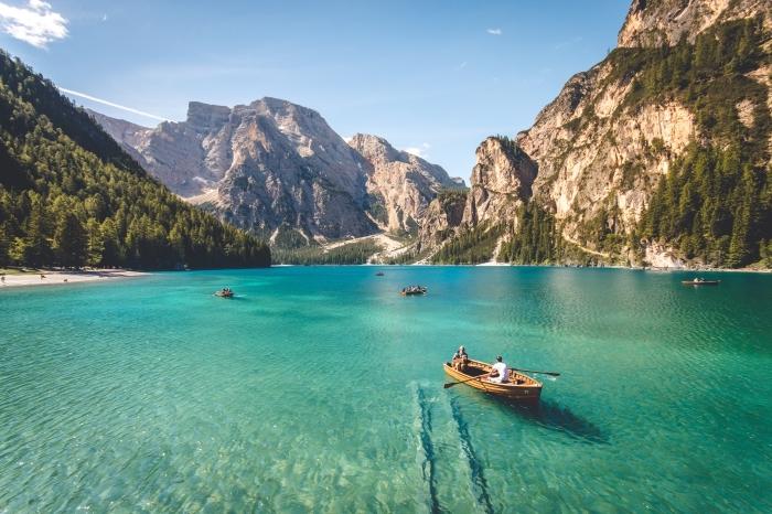 idée comment choisir un fond d écran gratuit pour ordinateur, photo de paysage naturel avec montagnes et lac