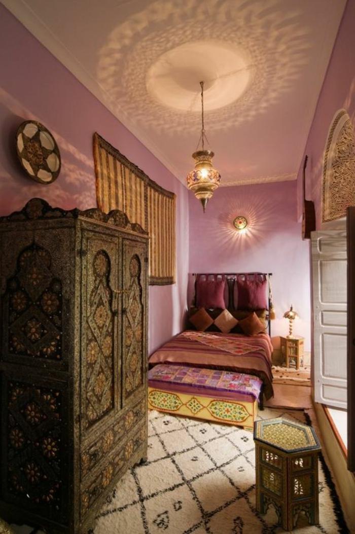 tapis boheme, meubles ethniques, murs roses, lampe lanterne pendante, armoire ornementée