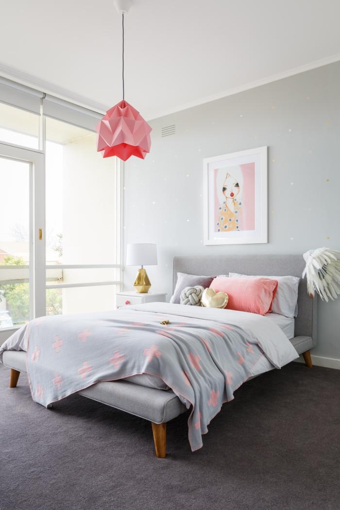 idée déco chambre fille aux murs gris clairs avec stickers autocollants à design étoiles dorés, modèle de luminaire origami rose