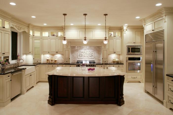cuisine en couleur claire et bois, cuisine intégrée, placards blancs et appareils intégrés