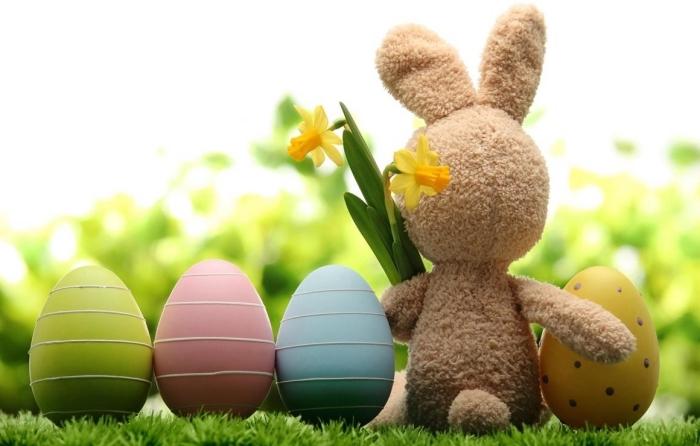 décoration mignonne pour la fête des paques avec un lapin en peluche et oeufs en plastique colorés en nuances pastel