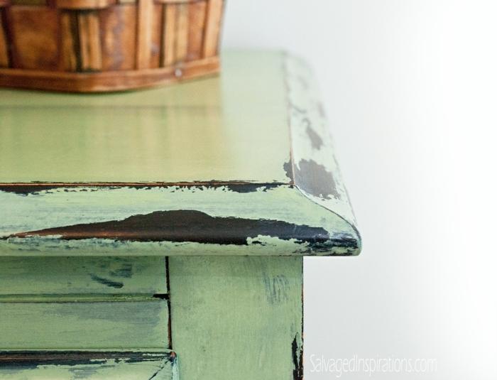 relooker table en bois, retouche avec peinture verte, panier en bois, finition menthe vieillie