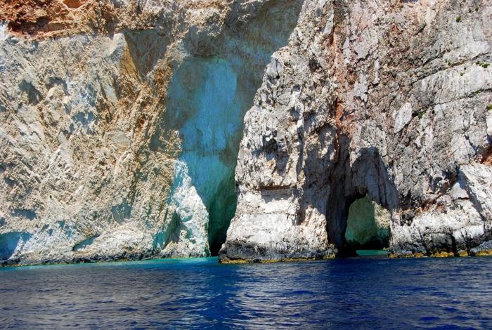grotte argileuse et mer en couleur bleu marine, transparence des eaux, couleur bleue, paysage mer, paysage paradisiaque, lieu magnétique