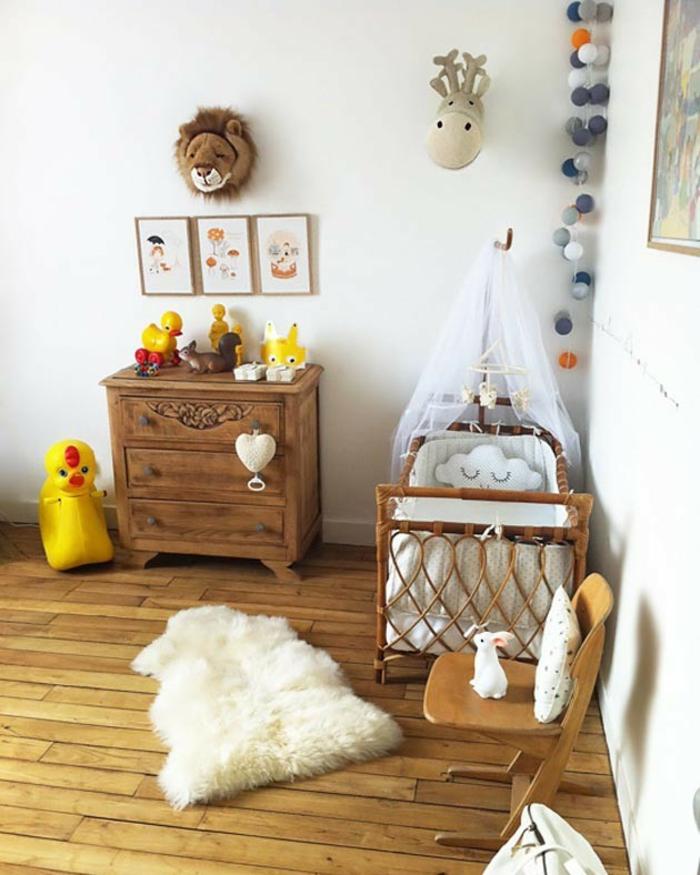 cadre chambre bébé, décoration chambre bébé fille, meuble vintage en bois marron, parquet en bois clair, chaise en bois, guirlande de pompons colorés dans un angle