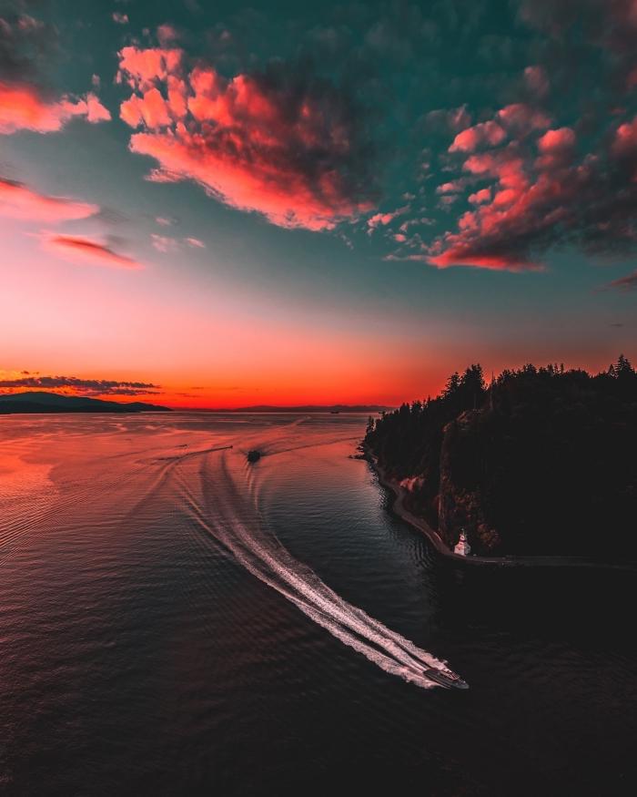 exemple de fond d écran gratuit, jolie photo de la nature avec un bateau sur l'eau coloré par le coucher du soleil
