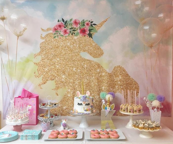 idée pour l'aménagement et la décoration girly d'un buffet de dessert pour un anniversaire licorne en rose et doré