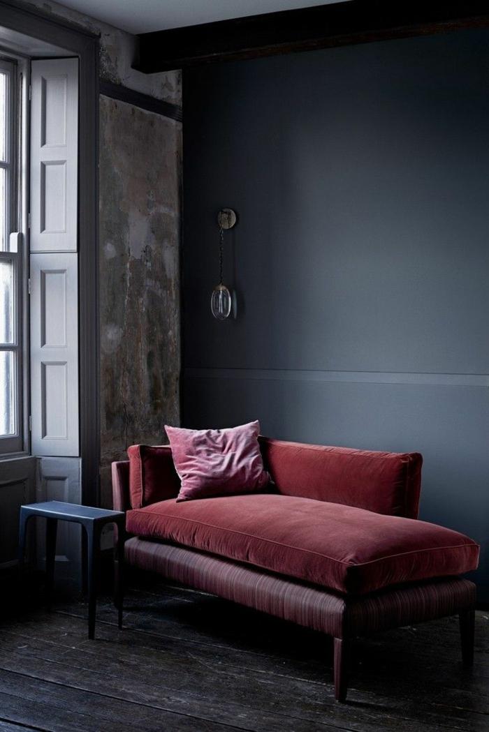 lun sofa lir lie de vin couleur, mur bleu colombe, grande fenêtre, tabouret bleu