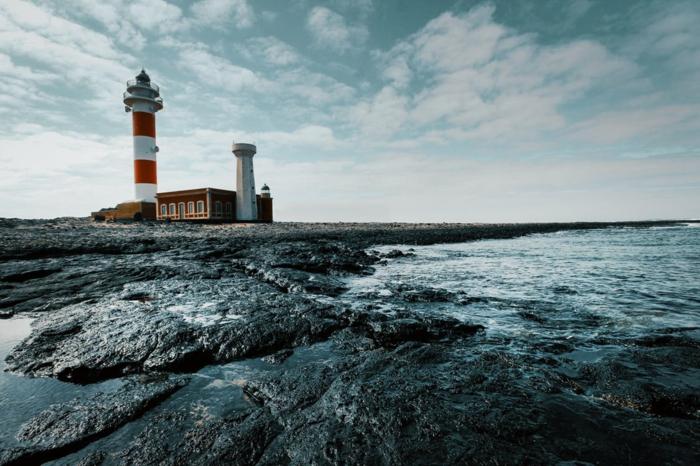 paysage maritime, phare de mer au milieu de rochers noirs, destination paradisiaque, lieu paradisiaque, paysage de reve