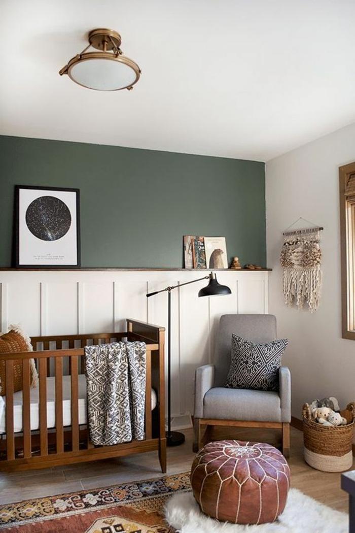 cadre chambre bébé, mur moitié revêtu de bois peint en blanc, moitié peint en bleu canard, lustre chambre en forme ronde en métal couleur bronze