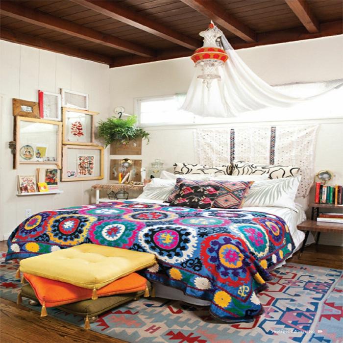lit et chambre en style boheme chic, tapis aztèque, coussins aux franges, lanterne et baldaquin blanc