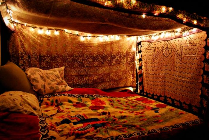 lit et deco ethnique, guirlande lumineuse, coin de repos cosy et chic, linge de lit à paons