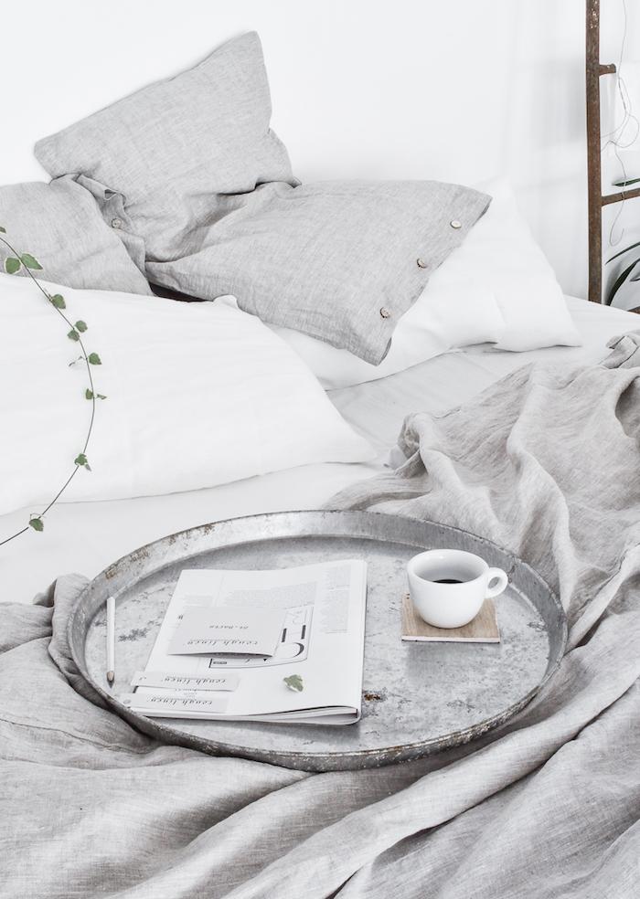 Tableau scandinave idée intérieur scandinave deco choisir le style nordique détail chambre à coucher cosy en blanc et gris