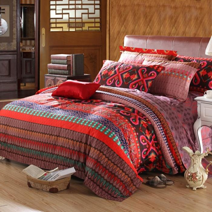 lit en couleurs rayonnantes, coussins déco ethniques, panier tressé, sol en bois, grand broc en porcelaine