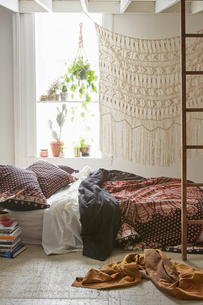 lit et chambre style oho chic, échelle en bois, chambre blanche, tenture crochetée