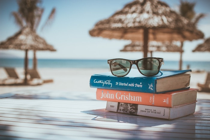 Mignon fond d'écran cool fond d'écran été couleurs pastel originale idée pour l'été livres lunettes plage image