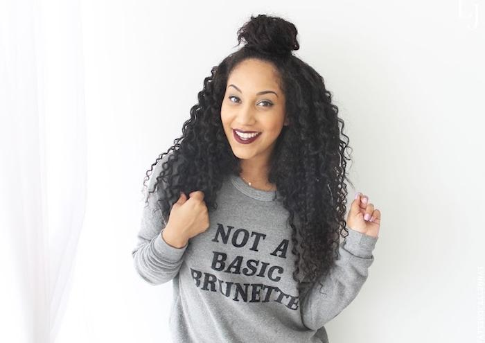 exemple de coiffure cheveux crépus afro femme, demi chignon haut avec des boucles longues lâchées, pull femme gris sport