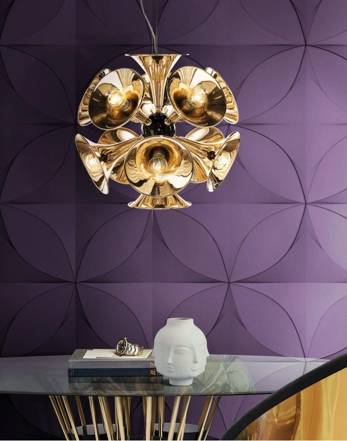 déco élégante et moderne avec un papier peint graphique de couleur ultra violet combiné avec lustre doré et table en verre et or