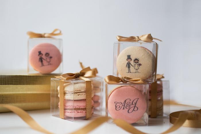 idée cadeau mariage sucré avec boîte transparente remplie de macaroni française à décoration design couple de nouveaux mariés