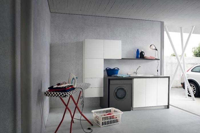 déco buanderie aux murs gris imitation béton avec meubles blanc et noir foncé sans poignées, modèle de table à repasser blanc et noir