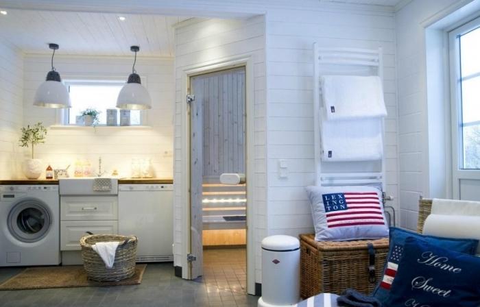 idée rangement cellier aux murs blancs avec éclairage led de plafond et carrelage de sol foncé, chaise ratan couverte de coussins décoratifs