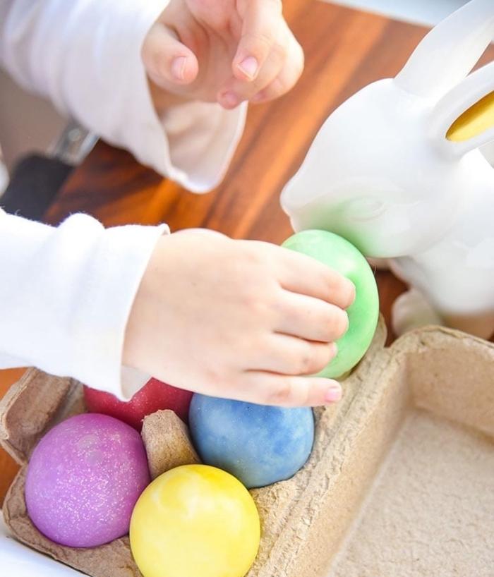 colorer les oeufs de paques avec les enfants, comment décorer les oeufs à coquilles blanches avec peinture alimentaire