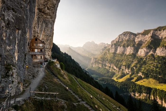 les plus beau fond d écran naturel, maison de bois à trois étages dans les rochers avec une vue splendide vers les montagnes