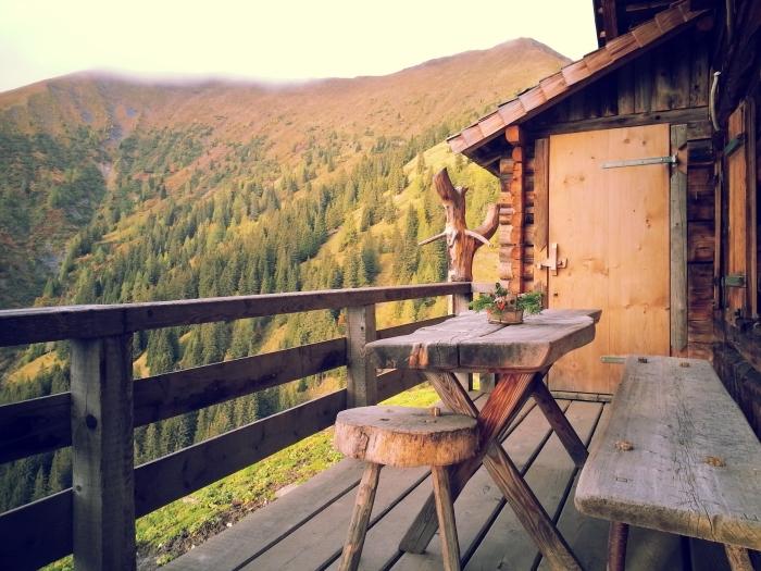 modèle de fond d écran beau, photo de la nature dans les montagnes, vue d'une cabine de bois vers les collines