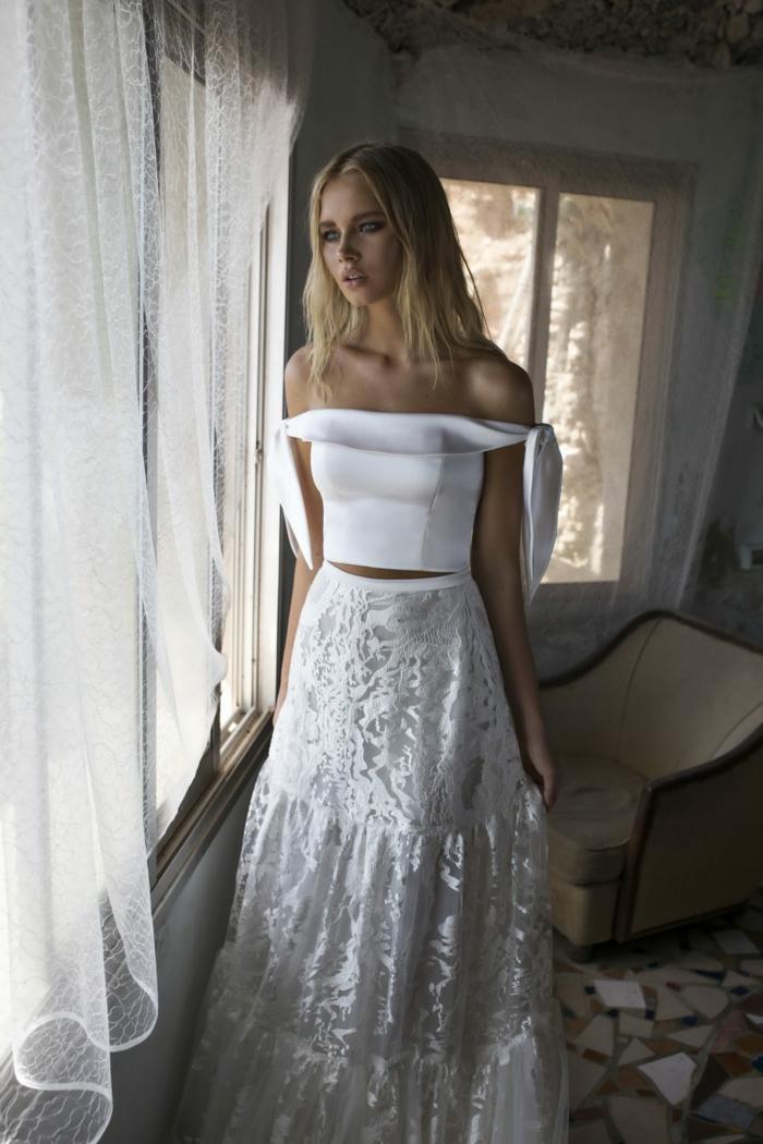 robe de mariée originale, top avec des épaules tombantes, jupe en dentelle fluide