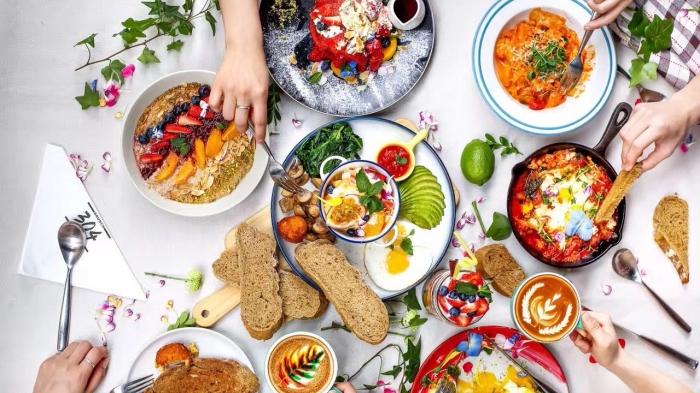produits alimentaires sains et frais pour une idée repas entre amis, sandwichs aux légumes grillés et pasta à la sauce tomate