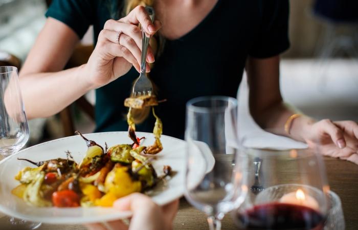 quoi manger ce soir vite fait, idée de repas facile aux légumes grillés au barbecue avec verre de vin, déco de table romantique avec bougies