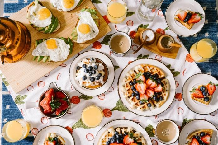 idée repas convivial entre amis, décoration de table pour un diner entre amis avec légumes et fruits frais pour manger sain