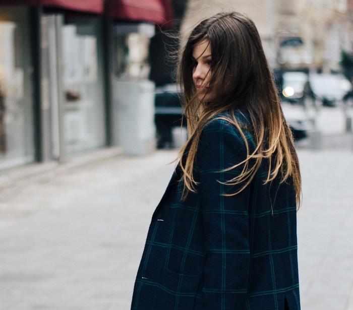 coloration ombré blond sur cheveux longs marron aux pointes éclaircies, modèle de blazer oversize en bleu foncé