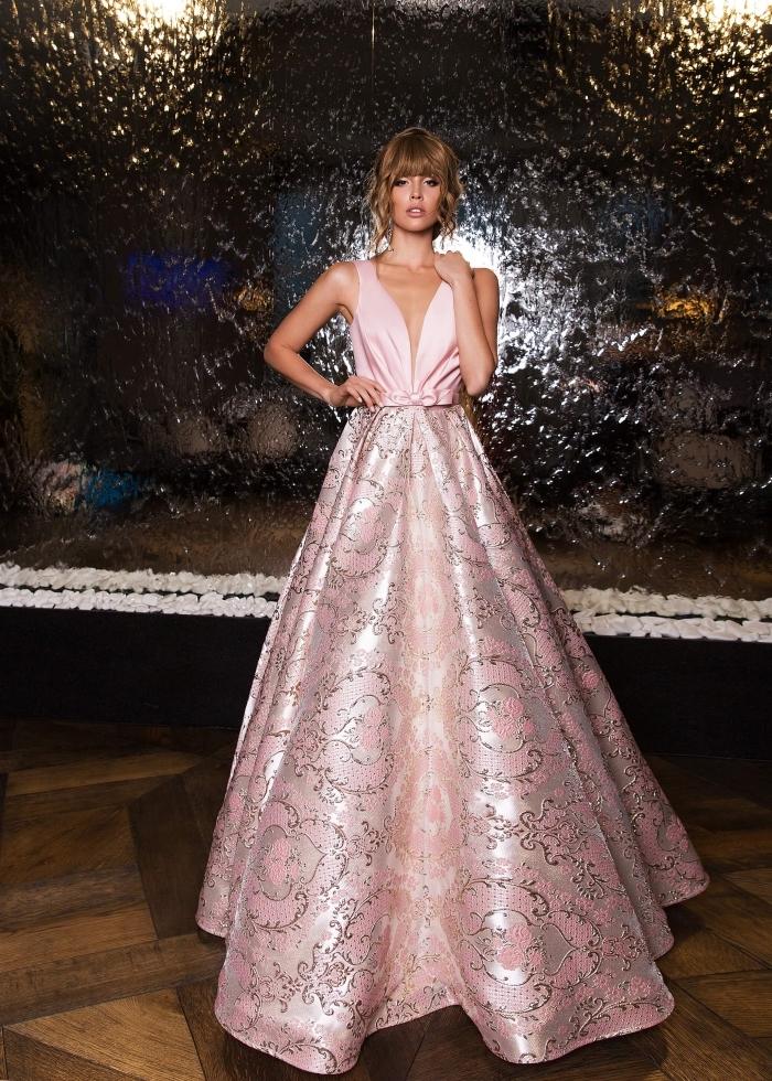 robe rose pale mariage ou cocktail avec décolleté en V et jupe large en rose pâle et argent aux motifs feuilles