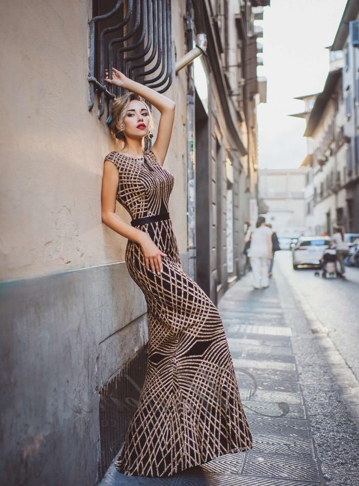 idée robe officielle pour un look élégant à design raffiné de couleur noir et or aux motifs géométrique avec ceinture noire