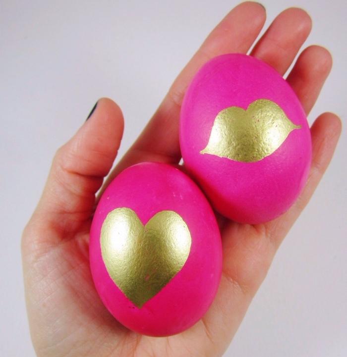 modèle de décoration en style glamour rose et or avec dessin coeur et bisous pour la fete de paques, oeufs rose et or