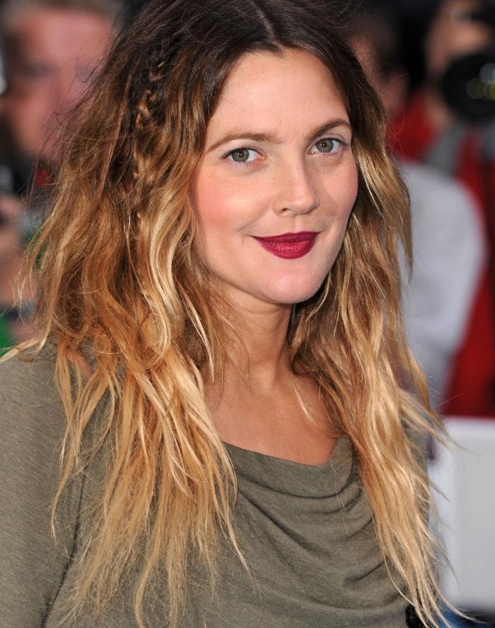coiffure de célébrité de Drew Barrymore aux cheveux longs dip dye de racines noires et pointes cuivrées avec tresse