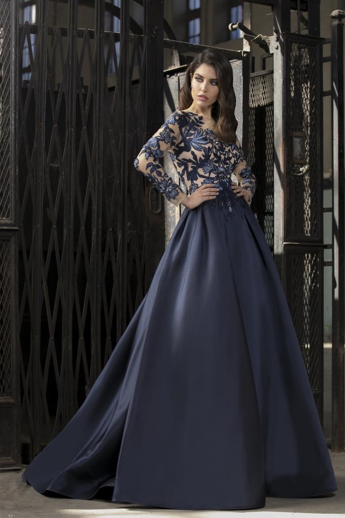 vision élégante en robe princesse de couleur bleu foncé avec jupe large et haut nude transparent à décoration florale