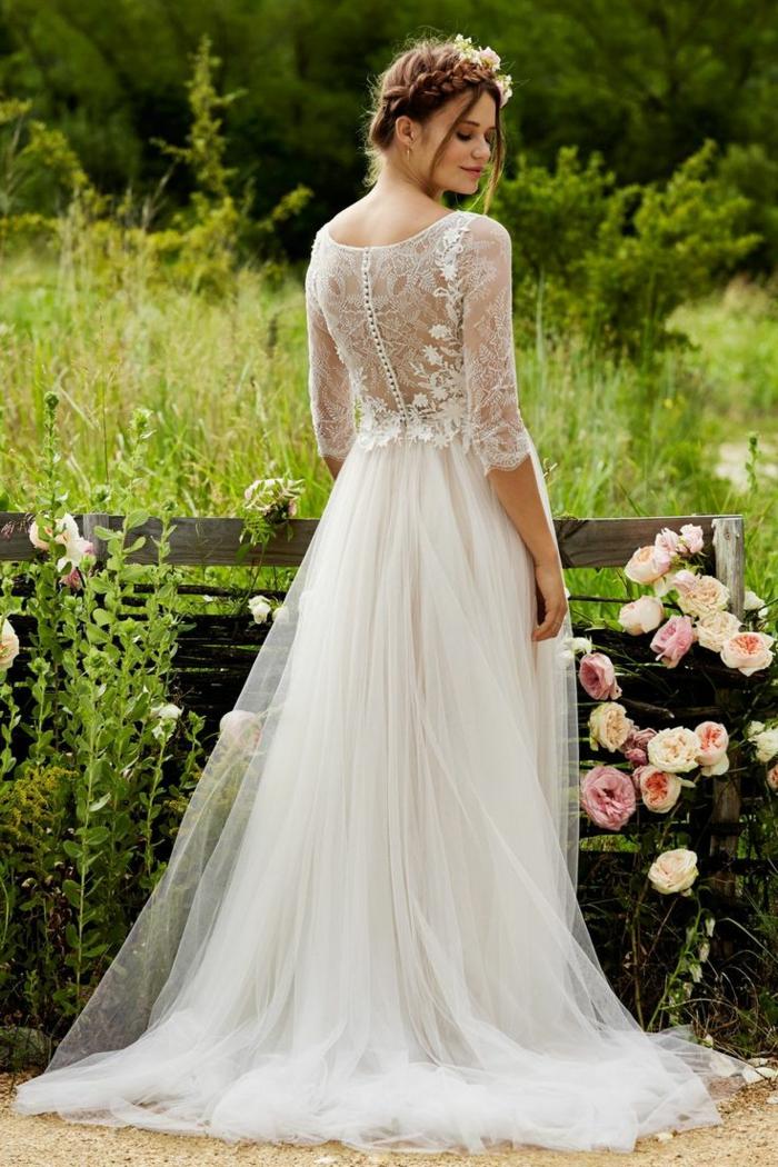 tenue champetre chic, longue robe, robe de mariée bohème dentelle, coiffure en tresse couronne
