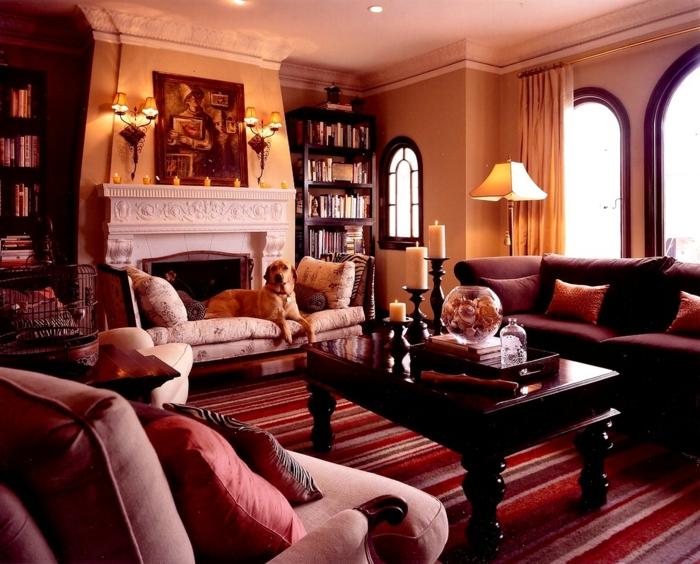 couleur lie de vin, table en bois, sofas roses, fenêtres arquées, bibliothèque en bois
