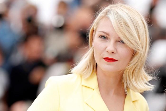 idée de carré frange original coupe de cheveux mi long, avec meche sur le coté, rouge a levres rouge, tailleur femme jaune