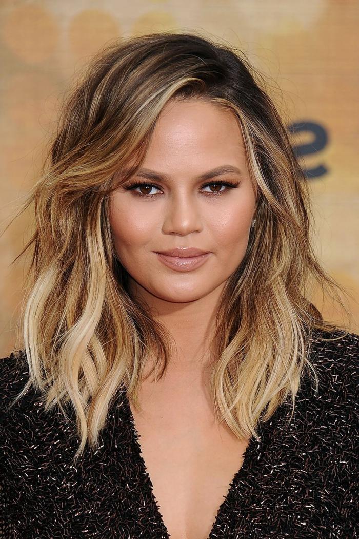 teint de peau olive, ombrage cheveux blond sur chataîn foncé, coiffure frangée style beach waves