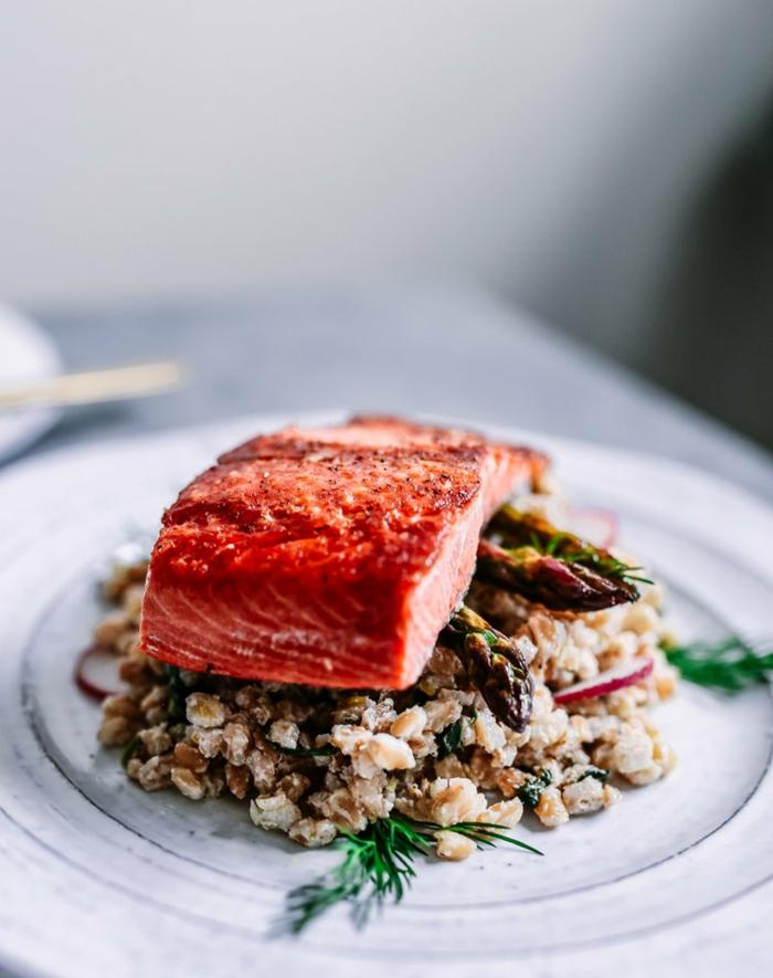 repas minceur, du saumon frais sur un canapé de taboulé, aneth, fruits de mer, plat savoureux pour une soirée repas minceur, repas du soir léger