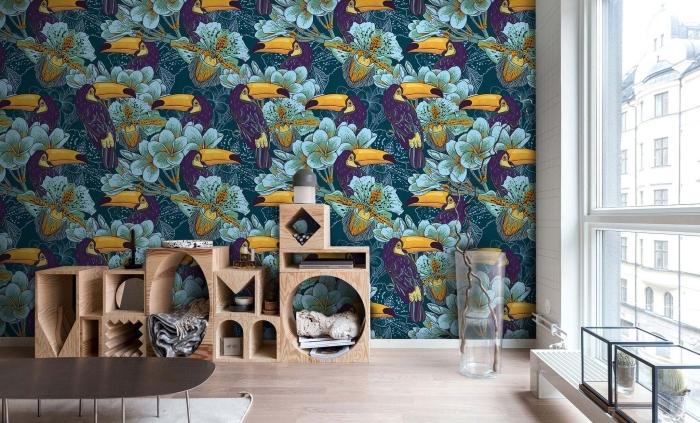 comment décorer un salon avec papier peint tropical et meubles de bois clair, déco intérieur à design exotique