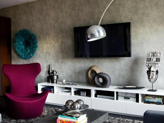 fauteuil cocoon couleur bordeau, étagère basse blanche, grand lampadaire arc, papier peint gris